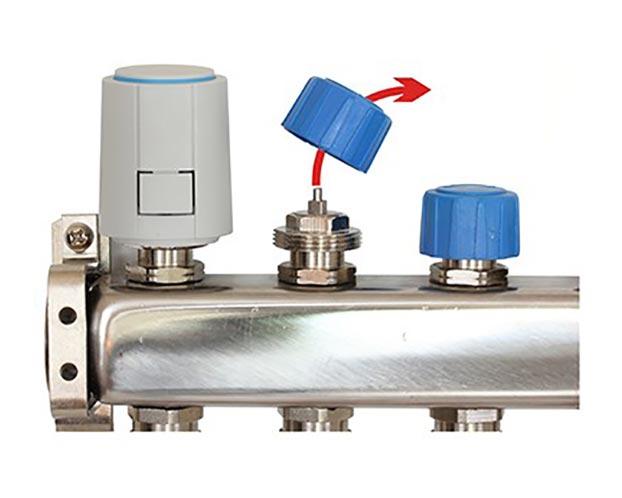 Een thermische motor is eenvoudig in drie stappen te monteren. Schroef de dop van de afsluiter van een groep van de vloerverwarming verdeler eraf.