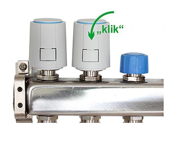 Stap drie van de montage van een thermische motor. Klik de thermische motor op de adapter. De thermische motor op deze groep van de vloerverwarming verdeler kan nu aangestuurd worden door een zoneregelaar.