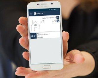 De Alpha IP app toont de doeltemperatuur en de gemeten temperatuur en luchtvochtigheid in de woonkamer
