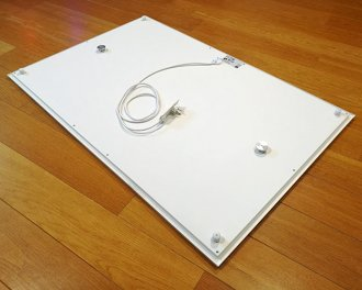 De achterzijde is voorzien van 2 montagenokken en 4 fixeerpunten (getoond model: 1000 Watt - 120 x 80 cm)