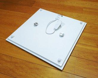 De achterzijde is voorzien van 2 montagenokken en 4 fixeerpunten. (getoond model: Spiegel 350 Watt - 60 x 60 cm met op maat gemaakte stroomkabel)