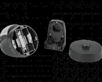 Het product bestaat uit drie onderdelen: de bewegingsmelder zelf, een montagevlak voor montage aan de gevel en een 360 graden draaibaar batterijdeksel dat in het montagevlak klikt.