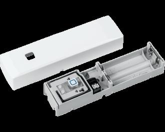 De module heeft twee aansluitklemmen waarop de draadjes van de deurbel, het magneetcontact of de glasbreuk sensor aangesloten worden en werkt op twee AAA mini penlite batterijen.