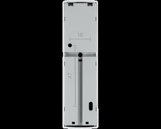 Aan de achterzijde zijn 3 uitsparingen voorzien om de draadjes van de deurbel of sensor in weg te werken. De module wordt bevestigd met meegeleverde plakstrips of schroeven.