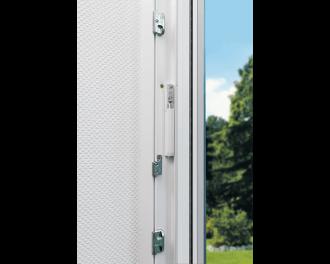 De sensor wordt bevestigd achter het hang-en sluitwerk van moderne ramen en deuren, op het vast gedeelte van het kozijn.