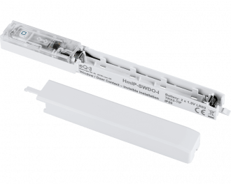 De sensor werkt gemiddeld 2 jaar op twee AAA mini penlite batterijen. Batterijen worden meegeleverd. Links van het batterij contact is de ingebouwde sabotage schakelaar te zien.