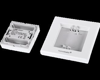 Het product bestaat uit drie onderdelen: montagevlak, afdekraam en draadloze temperatuursensor. De twee AAA-batterijen worden standaard meegeleverd.