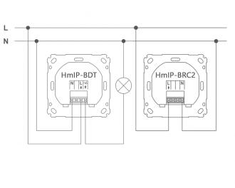 Aansluitschema als draadloze dimbare wisselschakeling, met een Homematic IP draadloze drukknop voor merk-wipvlak (HmIP-BRC2). Een druk op de knop op de HmIP-BDT of HmIP-BRC2 stuurt beiden de uitgang van de HmIP-BDT aan.