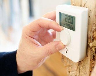 De gewenste temperatuur kan ook ingesteld worden met de draaiknop. De thermostaat wordt meestal gebruikt in woonkamers, keukens en badkamers...