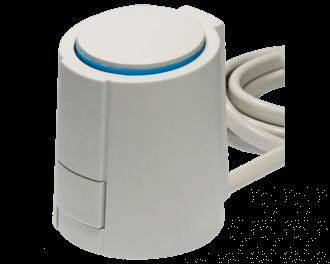 Een thermische motor stuurt een groep van de vloerverwarming aan. Deze 24V thermische motor is geschikt voor een zoneregelaar met 24V groep-aansluitklemmen.